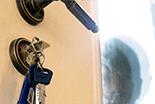 Mobiler Schlüsseldienst hilft Ihnen rund um die Uhr, wenn Sie sich ausgesperrt haben oder Ihr Türschloss den Dienst quittiert hat. Ein Anruf genügt und ein Handwerker macht sich sofort auf den Weg zu Ihnen!